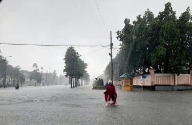 Nước ngập sâu ở nhiều tuyến phố ở thành phố Vinh, người dân hạn chế đi lại.