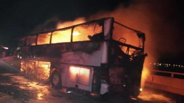 Xe buýt bốc cháy dữ dội sau va chạm.