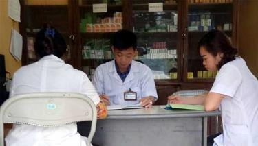 Cán bộ Trạm Y tế xã An Phú triển khai nhiệm vụ chuyên môn.