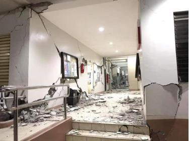Nhà cửa bị hư hại do động đất.