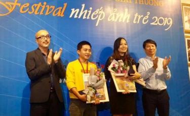 Trao giải thưởng cho các tác giả đoạt Huy chương vàng.