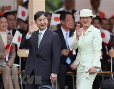 Nhật hoàng Naruhito (trái) và Hoàng hậu Masako (phải) tham gia một lễ hội ở Owariasahi, tỉnh Aichi.