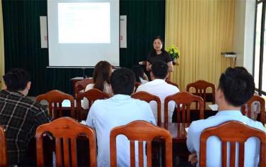 Giảng viên hướng dẫn phương pháp điều trị đột quỵ đến học viên.