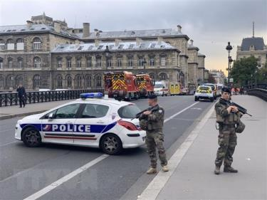 Cảnh sát gác gần hiện trường vụ tấn công cảnh sát bằng dao ở Paris, Pháp ngày 3-10-2019.