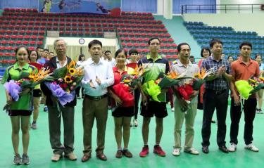 Ông Nguyễn Hoàng Long – Phó Giám đốc sở Văn hóa – Thể thao và Du lịch, Trưởng Ban tổ chức Giải tặng hoa cho các đơn vị tham gia Giải.