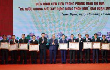 Thủ tướng Nguyễn Xuân Phúc trao tặng Huân chương Độc lập hạng Ba và Huân chương Lao động hạng Nhất cho các bộ, ngành, đoàn thể, địa phương có thành tích trong phong trào xây dựng nông thôn mới.