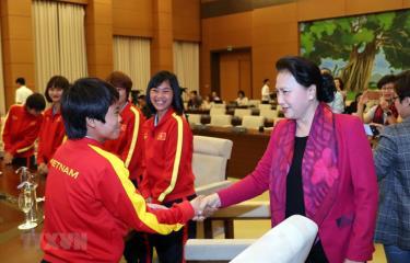 Chủ tịch Quốc hội Nguyễn Thị Kim Ngân với các cầu thủ đội tuyển bóng đá nữ Việt Nam.