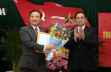 Ông Nguyễn Khắc Định (trái) và ông Phạm Minh Chính tại Hội nghị