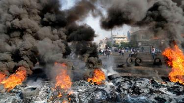 Hàng nghìn người Lebanon đã xuống đường biểu tình, phóng hỏa để phản đối chính phủ.