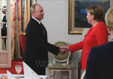 Tổng thống Nga Vladimir Putin (trái) và Thủ tướng Đức Angela Merkel.