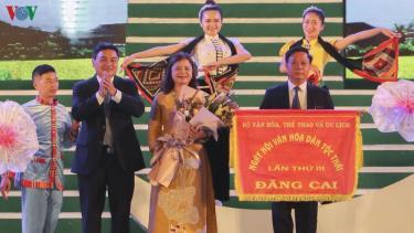 Cờ đăng cai Ngày hội văn hóa dân tộc Thái lần thứ 3 vào năm 2024 được trao cho tỉnh Sơn La.