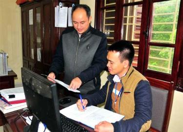 Cán bộ Chi cục Thuế huyện Trạm Tấu triển khai công tác quý IV năm 2019.