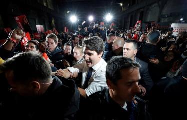 Thủ tướng Justin Trudeau (Áo trắng) vận động tranh cử.