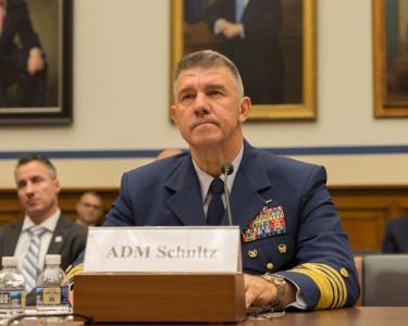 Tư lệnh Tuần duyên Mỹ, Đô đốc Karl L. Schultz.