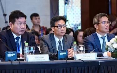 Ông Trương Gia Bình - Trưởng Ban Nghiên cứu Phát triển kinh tế Tư nhân, Phó thủ tướng Vũ Đức Đam, ông Trần Trọng Kiên - Chủ tịch Hội đồng Tư vấn Du lịch (TAB) dự Diễn đàn Cấp cao Du lịch Việt Nam lần thứ nhất năm 2018.