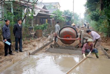 Nông dân xã Xuân Ái, huyện Văn Yên tích cực tham gia bê tông hóa đường nông thôn.
