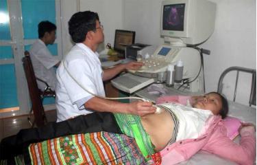 Cán bộ Trung tâm Y tế huyện Văn Chấn thăm khám cho bệnh nhân.