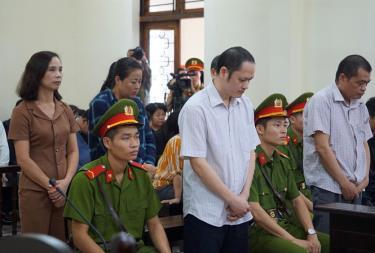 Các bị cáo tại phiên tòa sáng 25/10.