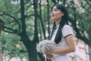 Nguyễn Thị Hồng trong bộ ảnh kỷ yếu tốt nghiệp đại học.