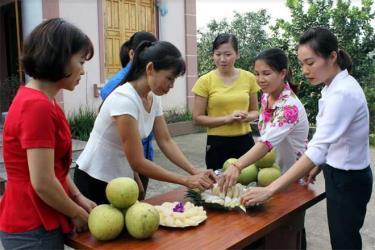 Người dân Đại Minh chuẩn bị tham gia hội thi bóc bưởi.