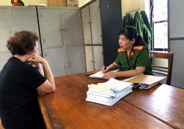 Trung tá Nguyễn Thu Hải - Đội trưởng Đội Điều tra án kinh tế, Phòng Cảnh sát Kinh tế, Công an tỉnh khi đang làm nhiệm vụ.