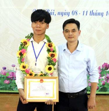 Em Triệu Văn Hà (bên trái) cùng thầy Phạm Minh Thuận tại Hội thi