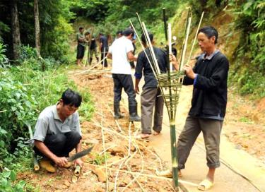 Người dân trên địa bàn huyện Mù Cang Chải đan sọt đựng rác thải.
