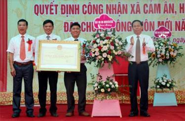 Phó Chủ tịch UBND tỉnh Nguyễn Văn Khánh trao bằng công nhận đạt chuẩn xã nông thôn mới cho Đảng bộ, chính quyền và nhân dân xã Cảm Ân.