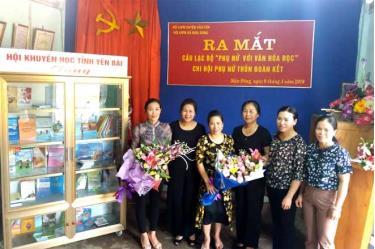 Lãnh đạo Hội Khuyến học tỉnh trao tặng tủ sách cho Hội Phụ nữ xã Mậu Đông, Văn Yên.