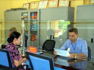 Giải quyết thủ tục hành chính cho người dân tại Bộ phận Phục vụ hành chính công xã Việt Thành, huyện Trấn Yên.