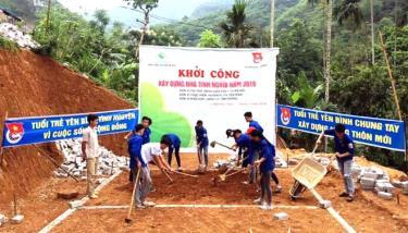Đoàn viên thanh niên huyện Yên Bình giúp đỡ hộ nghèo xã Tân Hương khởi công xây dựng nhà tình nghĩa.