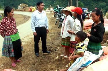 Lãnh đạo Đảng ủy xã Trạm Tấu và Bí thư Chi bộ Sùng Thị Say tuyên truyền cho các cháu gái về tác hại của tảo hôn và hôn nhân cận huyết.