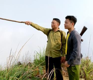 Giàng A Páo (người bên trái) trong chuyến kiểm tra tái trồng cây thuốc phiện.