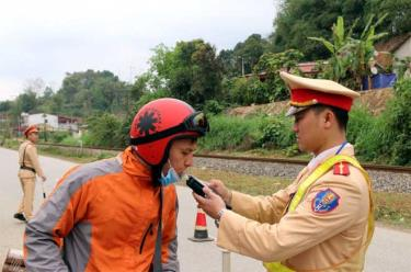 Cảnh sát giao thông huyện Văn Yên kiểm tra nồng độ cồn người điều khiển phương tiện lưu thông trên tuyến Yên Bái - Khe Sang.