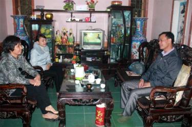 Cán bộ Lao động - Thương binh và Xã hội xã Báo Đáp thăm hỏi người đi xuất khẩu lao động về nước.