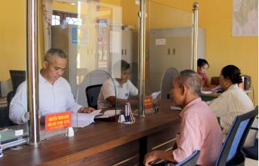 Người dân xã Hòa Cuông, huyện Trấn Yên làm thủ tục hành chính tại Bộ phận Phục vụ hành chính công của xã.