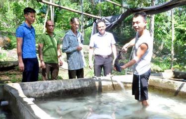Lãnh đạo xã Việt Hồng thăm mô hình trang trại của người dân thôn Bản Nả.