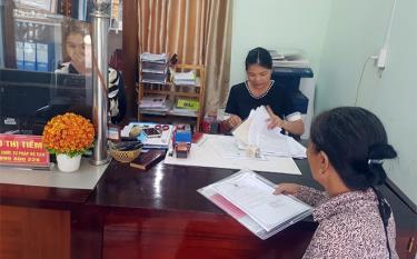 Cán bộ Bộ phận Phục vụ hành chính công xã Minh Xuân giải quyết thủ tục hành chính cho người dân.