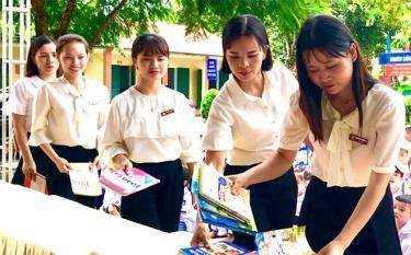 """Giáo viên Trường Tiểu học và THCS Văn Phú, thành phố Yên Bái đóng góp sách trong Lễ phát động phong trào """"Góp một cuốn sách để đọc ngàn cuốn""""."""