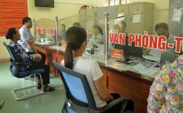Cán bộ Bộ phận Phục vụ hành chính công xã Mông Sơn, huyện Yên Bình hướng dẫn người dân các thủ tục hành chính.