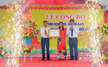 Ông Nguyễn Đức Mầu - Phó chủ tịch UBND huyện Trấn Yên trao bằng công nhận NTM cho thôn Ngọn Ngòi, xã Minh Quân.
