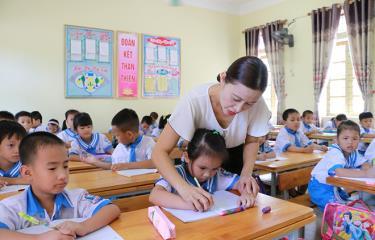 Giờ tập viết của học sinh Tiểu học Nghi Xuân, huyện Nghi Lộc, Hà Tĩnh.