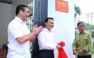 Đồng chí Bí thư Tỉnh ủy Đỗ Đức Duy trao nhà Đại đoàn kết cho bệnh binh Nguyễn Văn Định ở thôn 3 Đông Văn, xã Phú Thịnh, huyện Yên Bình