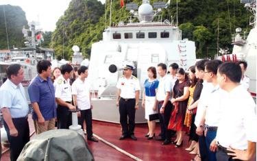 Đồng chí Nguyễn Minh Tuấn - Ủy viên Ban Thường vụ, Trưởng ban Tuyên giáo Tỉnh ủy trao đổi với chỉ huy, chiến sĩ Hải đội 135, Lữ đoàn 170, Vùng 1 Hải quân. Ảnh:Đặng Tùng (Báo Hải quân Việt Nam)