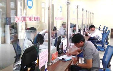 Người dân đến giao dịch tại Bộ phận Phục vụ hành chính công huyện Yên Bình.