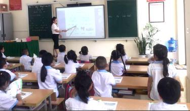 Phòng học của học sinh lớp 1, Trường Tiểu học Kim Đồng, thị xã Nghĩa Lộ được đầu tư các trang thiết bị dạy học hiện đại.