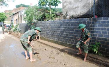 Cán bộ, chiến sĩ lực lượng vũ trang tỉnh giúp dân khắc phục hậu quả bão lũ tại huyện Văn Chấn.