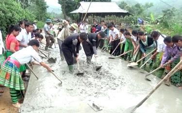 Đồng bào Mông thôn Khuôn Bổ, xã Hồng Ca, huyện Trấn Yên bê tông hóa đường giao thông nông thôn.