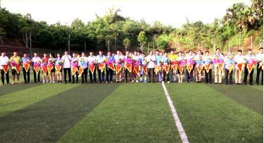 Ban tổ chức trao hoa và cờ lưu niệm cho các đội tham gia môn bóng đá nam.