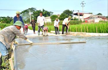 Nhân dân thôn Liên Hiệp bê tông hóa đường giao thông nông thôn.